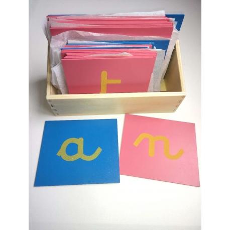 Lettres rugueuses lettres cursives avec boîte