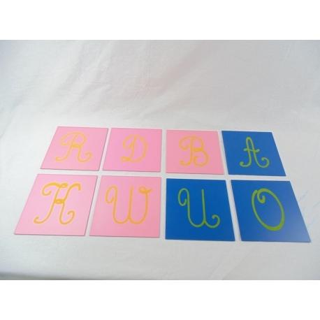 Lettres rugueuses cursives majuscules avec boîte.